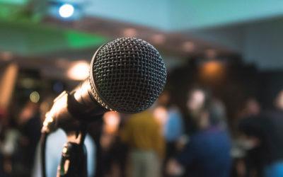 Comment travailler main dans la main avec son présentateur micro pour donner du relief à son événement en cinq points